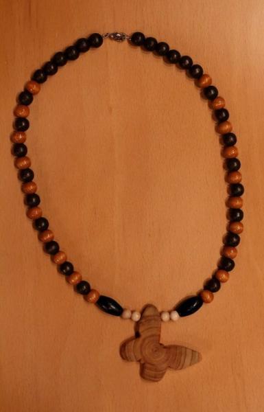 Halskette aus Holzkugeln mit Schmetterlingsanhänger aus Zypressenholz