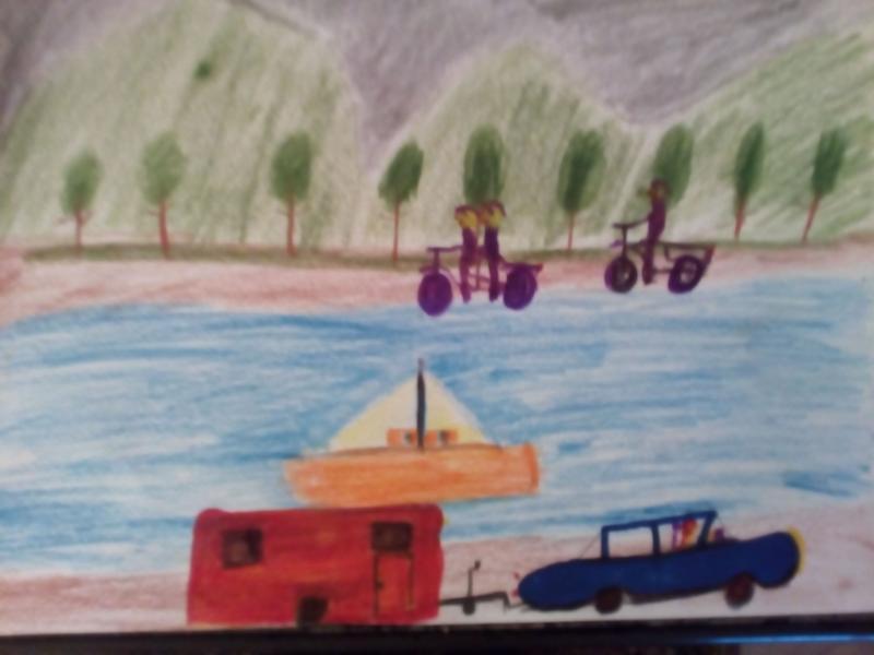 Schiff auf See, Radfahrer, Auto mit Wohnwagen.