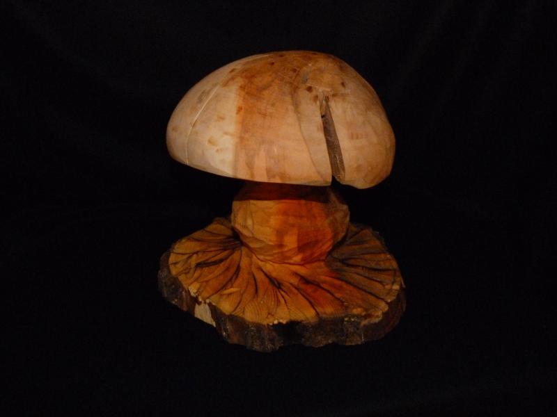 <p> Aus Birnenholz gefertigt - Pilzhut geshliffen und gewachst - der Stiel und der Sockel sind mit Leinenöl eingelassen</p>
