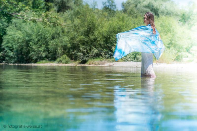 """Wasserfotografie """"Lichtwesen"""" bedruckt auf Seidenschal"""